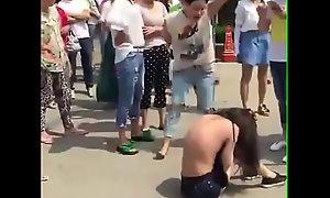 人来人往大街上把衣服扒光专门往脸上扇打的太狠了