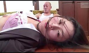 Japanse zakenvrouw gedwongen door haar baas (Zie meer: tinyurl.com/y7xv2nfd)